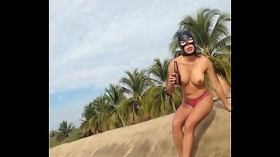 Gatita nude at the beach