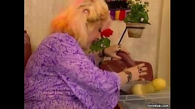 round granny enjoys going knuckle deep and Fucknig